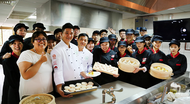 Tunghai Department of Hospitality Management welcomed Michelin-starred chefs as guest lecturers.