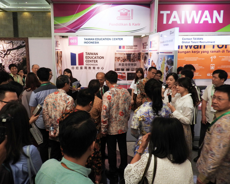 """2017 Indonesia Taiwan Image Exhibition - Taiwan Education Center"" has a constant crowd of people"