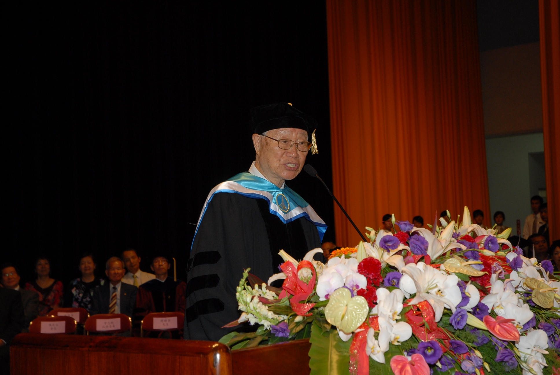 Pastor Lien-Hua was awarded the photo of the doctoral honorary doctor of Tunghai University in 2008.