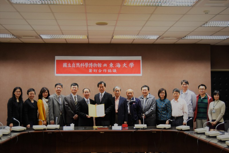 Group photo of representatives of National Museum of Natural Science and Tunghai University