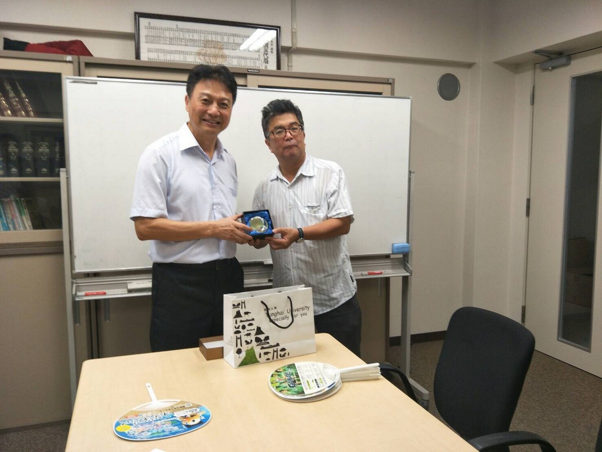 Dean Chiang of Tunghai's College of Agriculture and Vice President Yamaguchi of Tottori University
