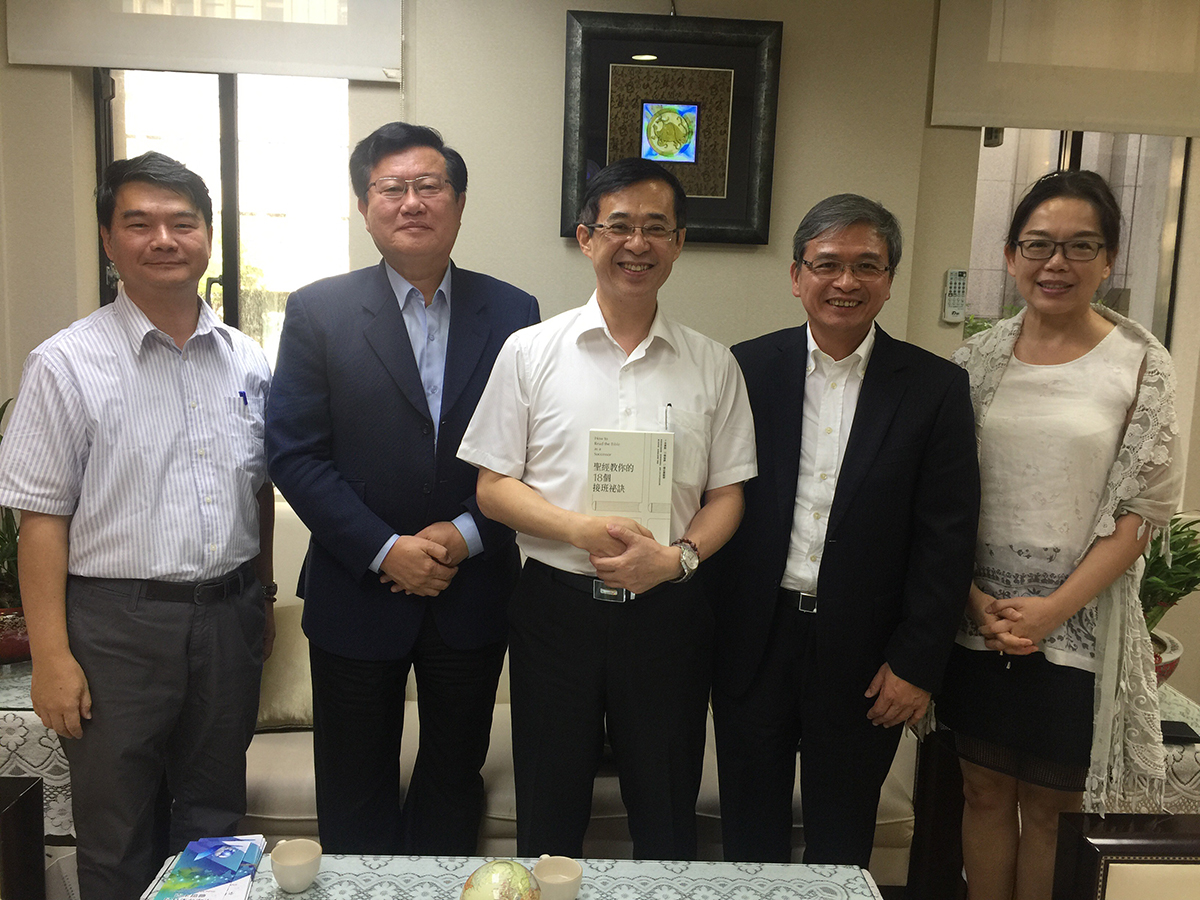 "On August 8, 2018, Chairman Kim Tsai of Mobiletron arranged for Professor En-Te Hsu to meet with Mr. Leehter Yao, Deputy Minister of Education, and report on the internship programs under his management. During the meeting, the Deputy Minister had high praise for the achievements of Professor Hsu's International Internship Program and thanked Chairman Tsai for his donations that allowed economically disadvantaged youth to undertake internships abroad; these accomplishments represented new milestones in the promotion of internship programs in Taiwan. In the photo, Professor En-Te Hsu (2nd from right) of the Accounting Department at Tungahi University offers his book ""How to Read the Bible as a Successor"" as a gift to Deputy Minister Leehter Yao (middle), with Chairman Kim Tsai (2nd from left), Ms. Jennie Wu (1st from right), Researcher at the Department of International and Cross-strait Education of the Ministry of Education, and Mr. Hung-Ming Wang (1st from left), Section Chief at the Department of International and Cross-strait Education of the Ministry of Education."