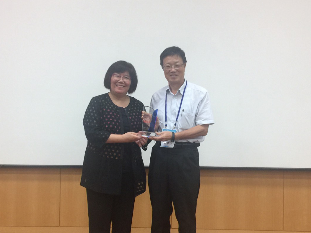 Director Chyuan Perng receiving the bronze medal on behalf of Tunghai University from the Youth Development Administration of the Ministry of Education