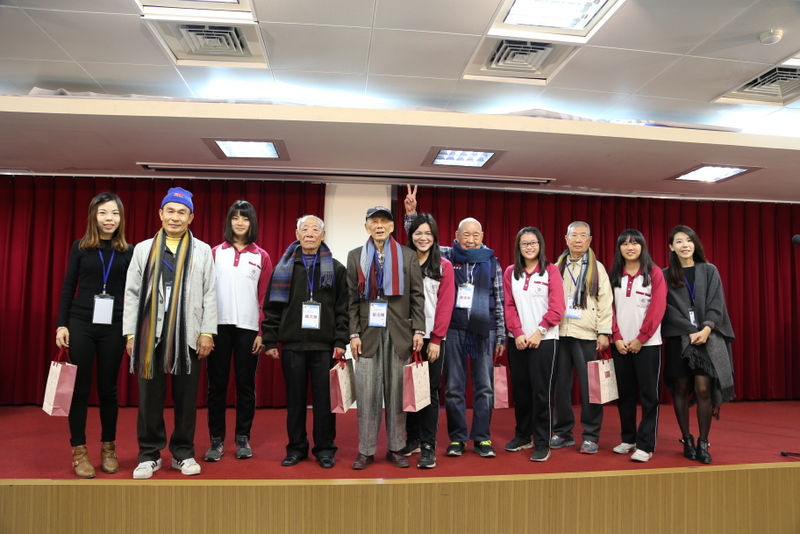 Tunghai High School students give veteran scarves as winter gifts
