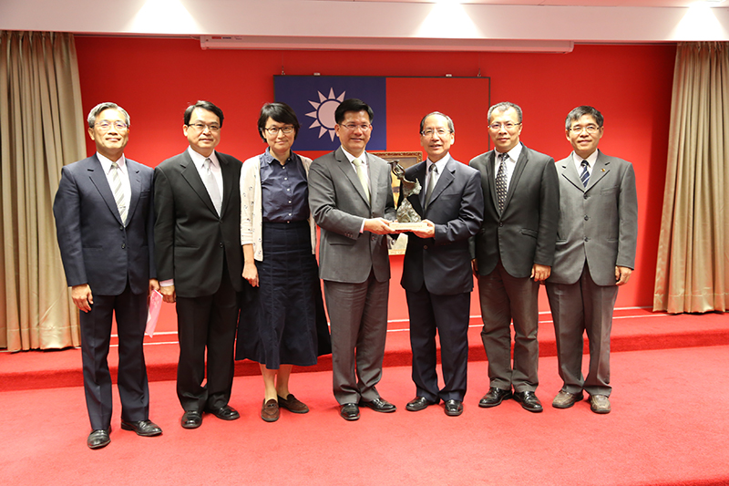 The team of Tunghai University won the Outstanding Contribution Award of Low Carbon City County, and the Mayor of Lin awarded the trophy to the President of Donghai University (third from right)