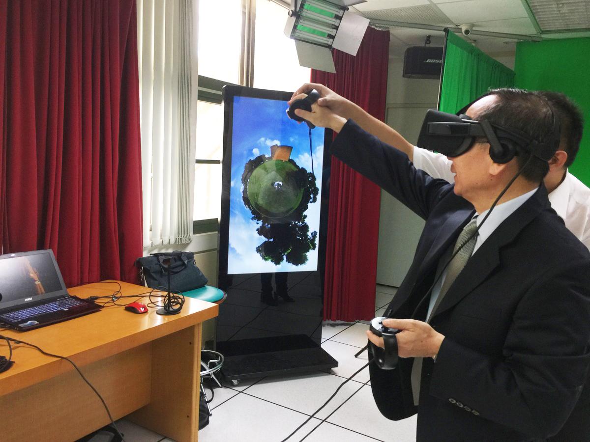 President Mao-Jiun Wang experiencing VR technology.
