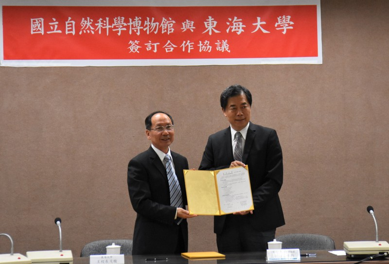 Wang Maojun (left), president of the Tunghai University, signed a letter of cooperation with Sun Weixin, director of the National Museum of Natural Science.