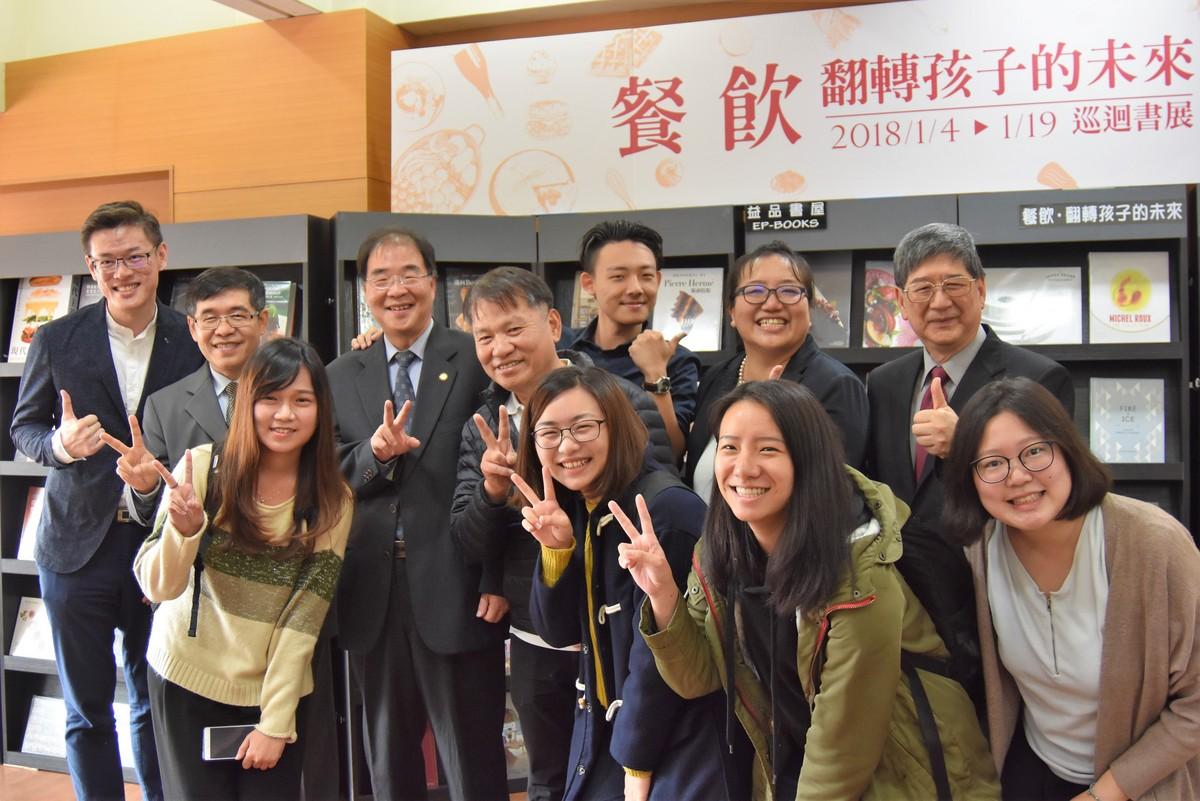 Photo of Dean Huang-Nan Huang, Vice President Li-Chih Wang,  President Sheng-Yi Dai, Tunghai University students and faculties.
