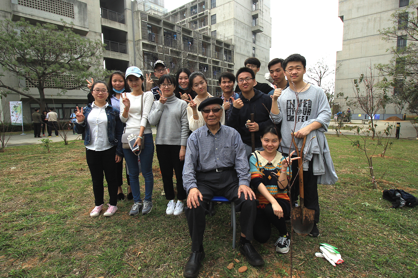 Poet master Chou-Yu Cheng stationed in Tunghai University took pictures with students