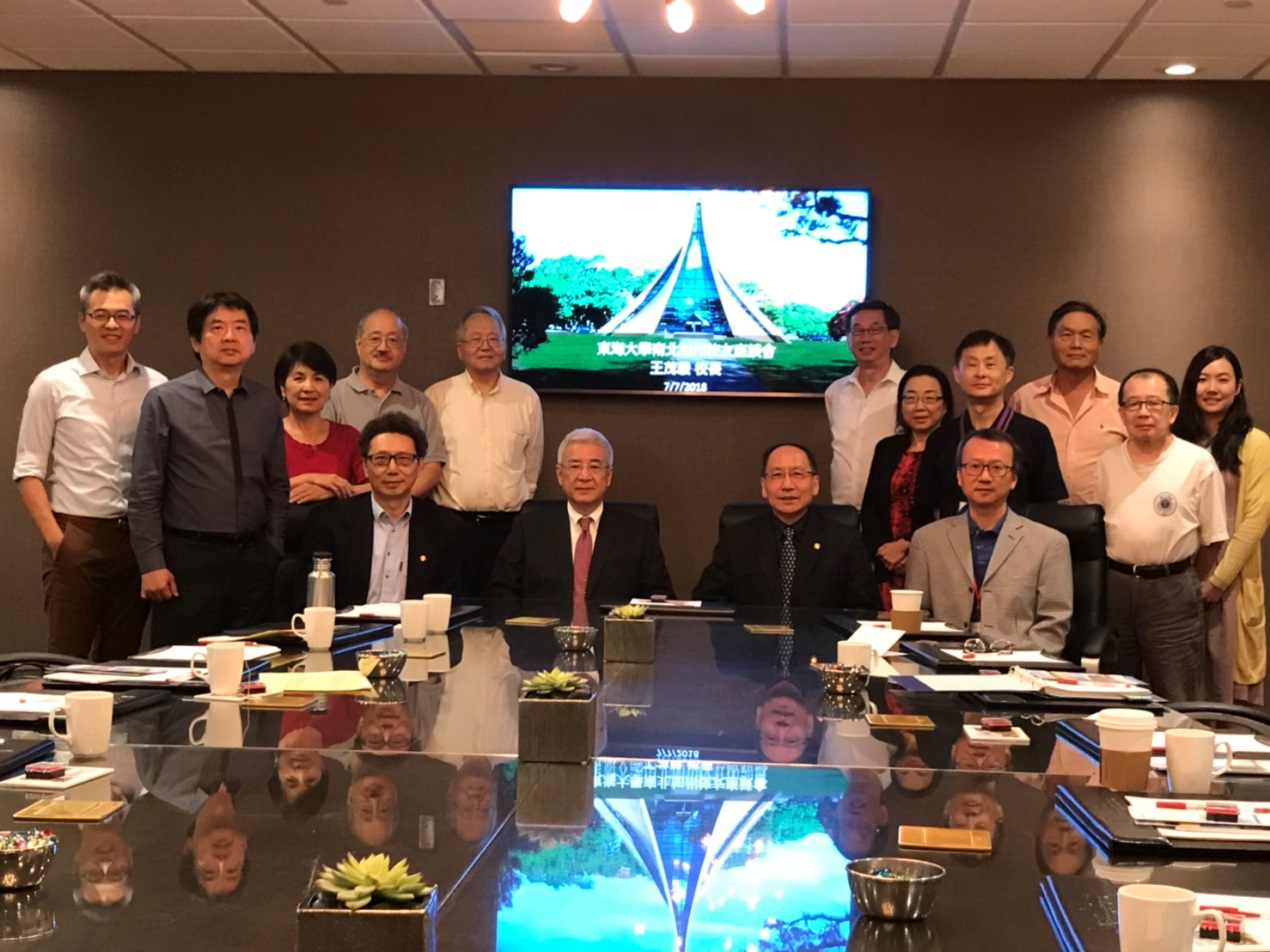 Chairman Ted C. Yang (front row, second from the left), President Mao-Jiun Wang (front row, second from the right), Chair Xiao-Bai Shen of the Alumni Association (front row, first from the left), Alumnus Jin-Shan Yang (standing, second from the right), Alumnus Teddy Anliang Chien (standing, sixth from the right) and Alumnus You Liu (standing, second from the left)