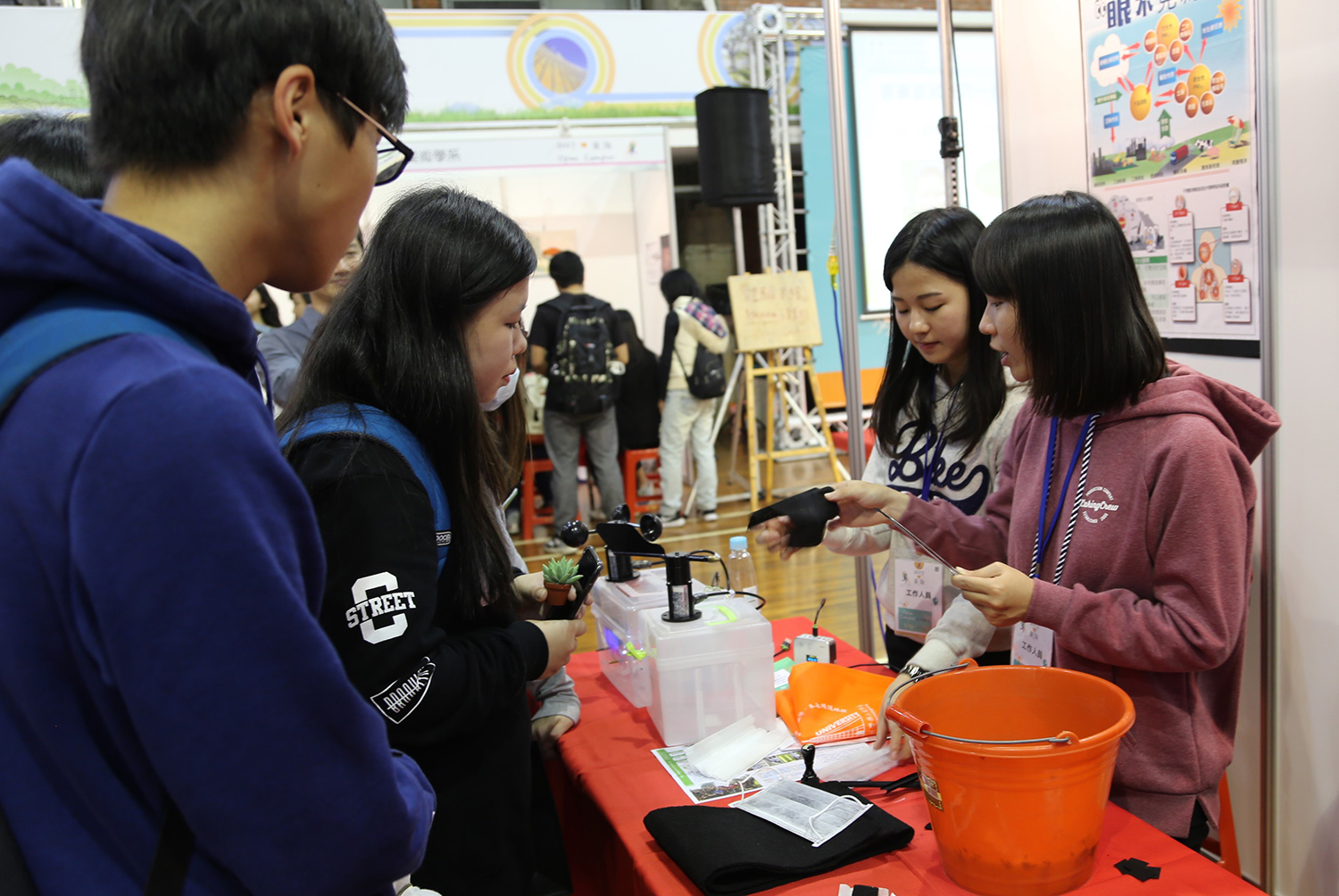Department of Environmental Science teaches high school students to identify real activated carbon masks