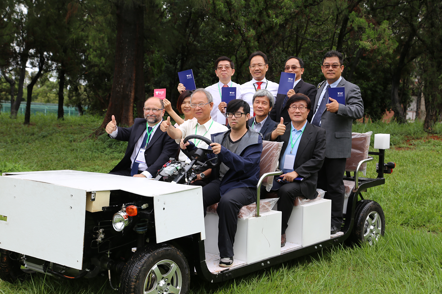 Electric car presentation; Tunghai Vice President Cheng-Tung Lin (front center), Dean Shu-Wei Lo (second to the right on the second row), and Chairman Cheng-Feng Huang of Tunghai Alumni Association (first right on the second row) with honorable guests.