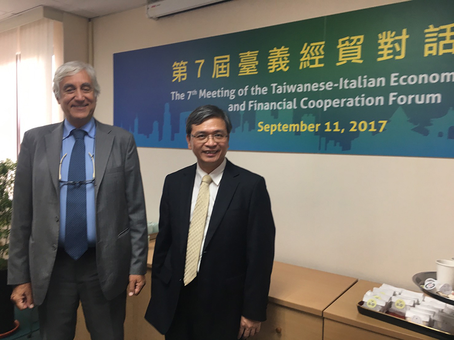 On September 11, 2017, program director Professor En-Te Hsu and Italian representative Mr. Amedeo Teti take a photo together at the 7th Meeting of the Taiwanese-Italian Economic and Financial Cooperation Forum. Mr. Teti expressed strong support for Professor Hsu's internship program.