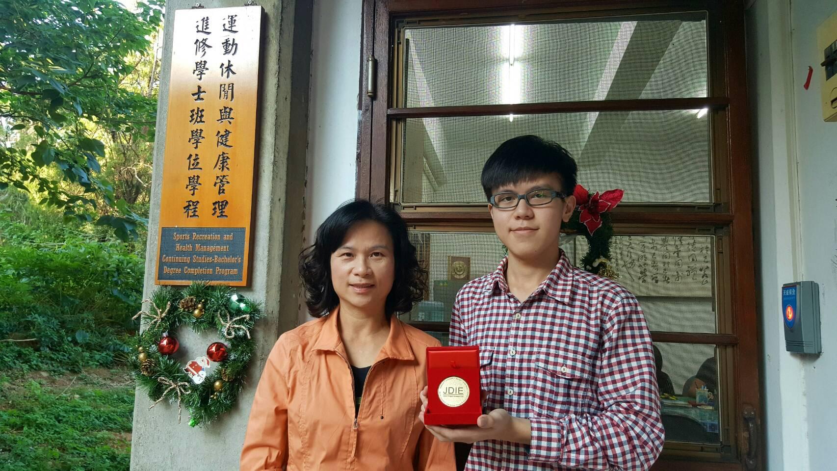 Ching-Wei Huang and SRHM Program Director Shu-Chen Huang