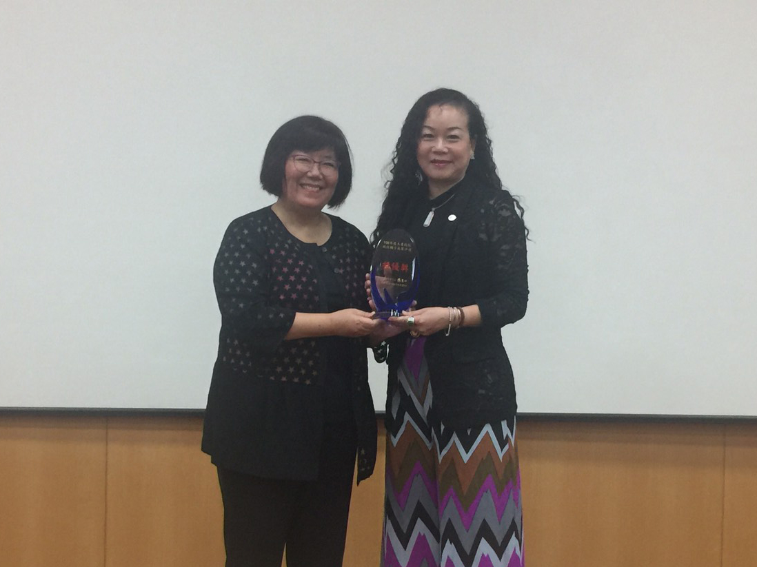 Deputy Director Annie Tsai receiving the Outstanding Career Consultancy Personnel Award