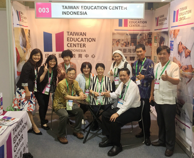 "Chen Yuzhen, Deputy Director of the International Department of the Ministry of Education (Zhongzhong), visited the ""2017 Indonesia Taiwan Image Exhibition - Taiwan Education Center"""