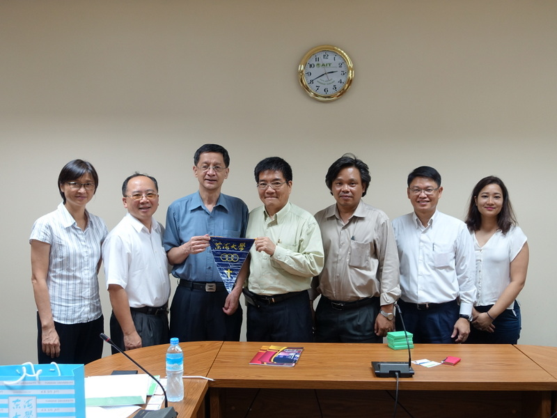 Director of the National Education Office Huang Liqing, Director Huang Qinyin and Dean of the School of Engineering Yang Yikuan (from left to right) Photographed in 2016 to the AIT academic exchange activities with the school's teachers