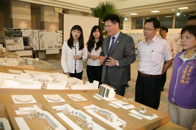 The students introduced their design to Chia-Lung Lin, Mayor of Taichung City.