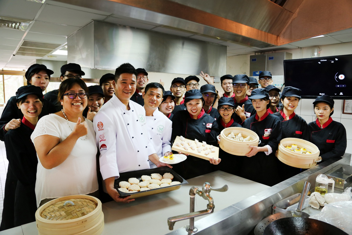 Tunghai Department of Hospitality Management invited Executive Chef Tim Lam and Master Chi-Wai Ho to teach students cuisine preparation and culinary skills. Photo with Director Kue-I Lee of the department.