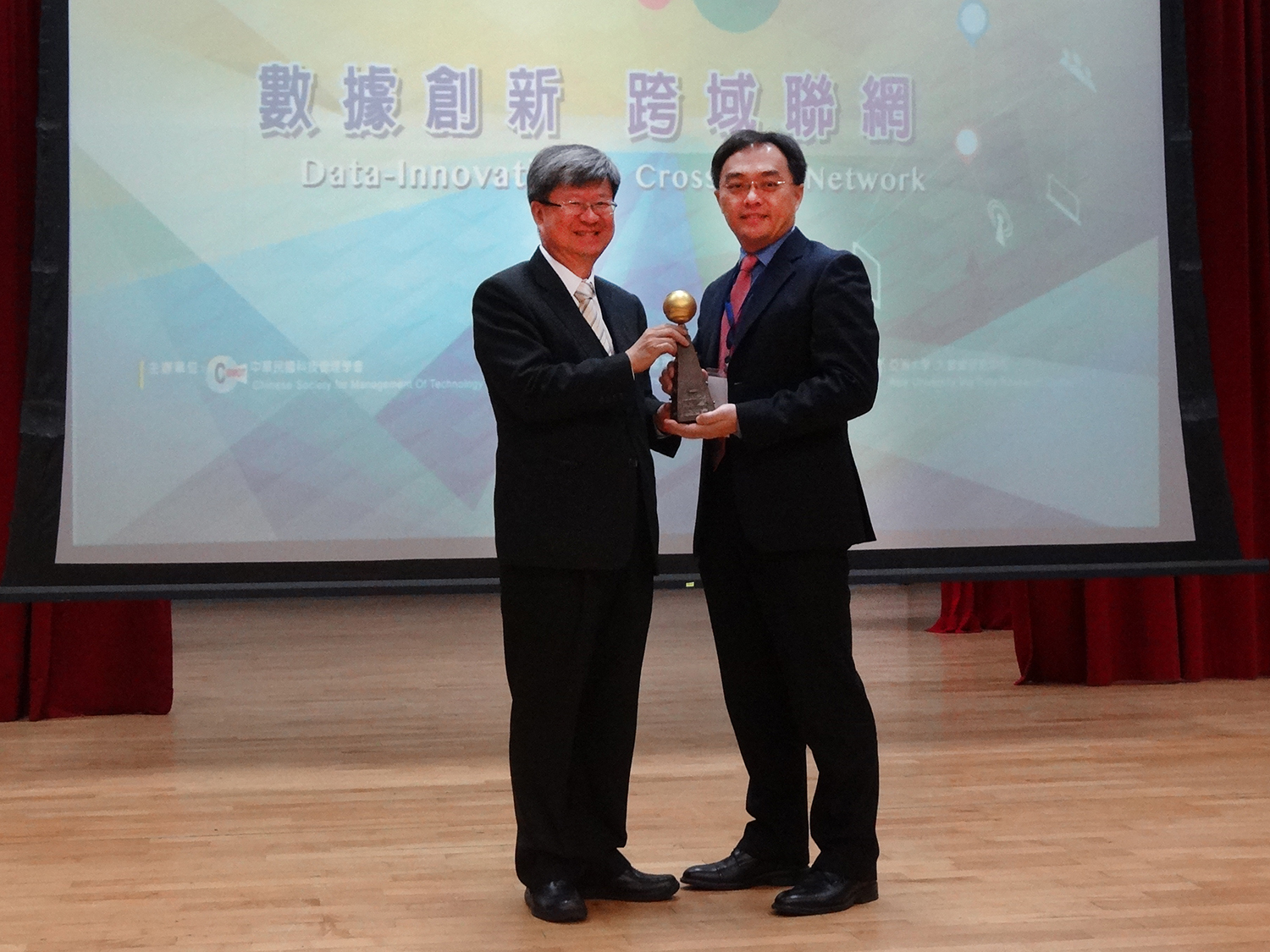 The Optimal Decision Systems Research Team led by Assistant Professor Shao-Jen Weng of the Tunghai Department of Industrial Engineering and Enterprise Information received one of the awards.