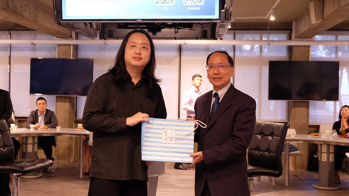President Mao-Jiun Wang presented Tunghai University gift to Digital Minister Audrey Tang